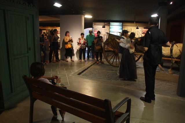 Uns bailarines muestran bailes de diferentes épocas en el Museu dHistòria.