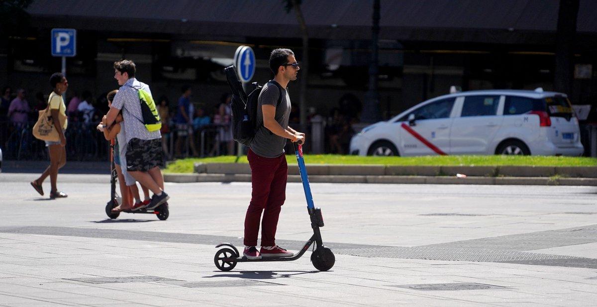 Un usuario viajando en un patín eléctrico.