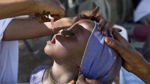 Vacunación a niños en África.