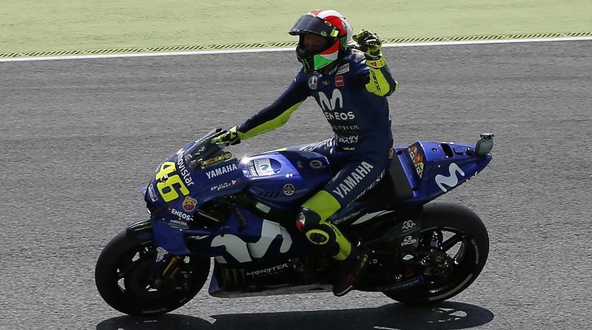 Valentino Rossi (Yamaha) saluda, feliz, a sus aficionados tras lograr la pole en Mugello.