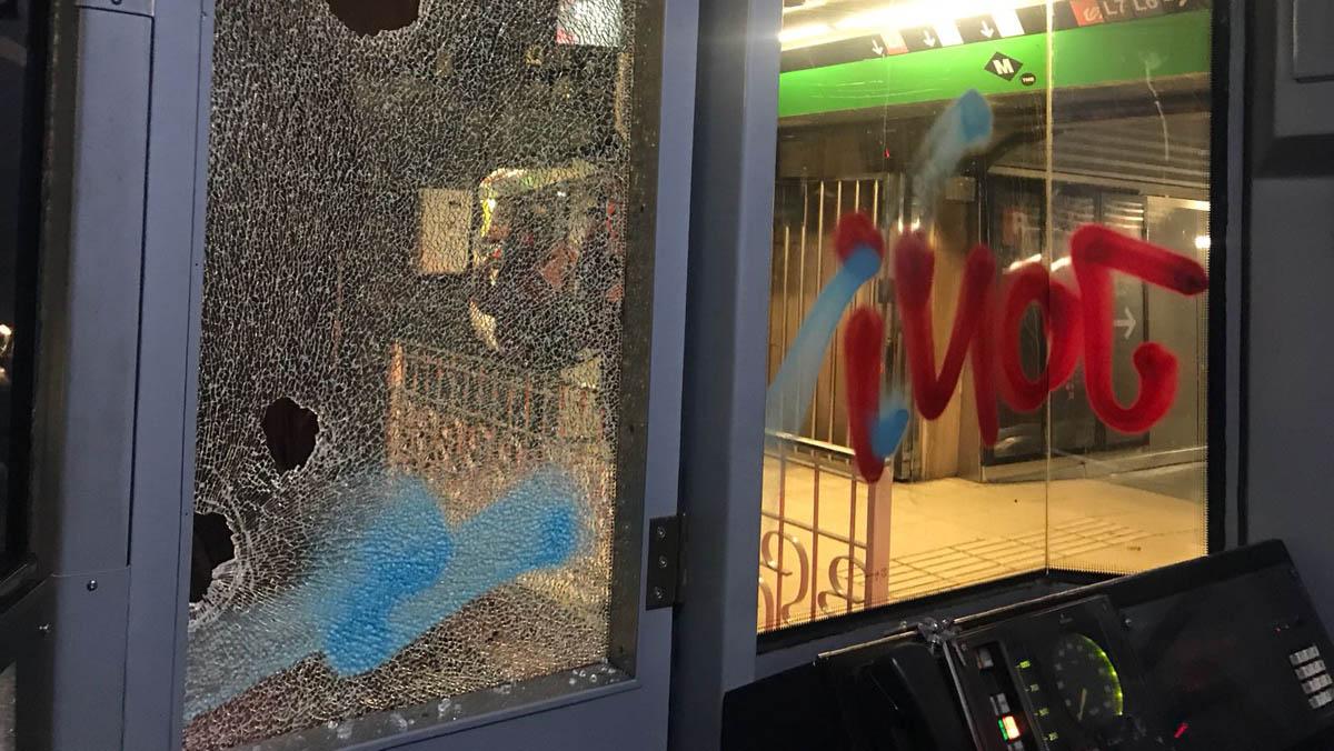 Pintadas en un metro en plaza Catalunya.