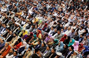 Varios afganos asisten una sesión convocada para hablar sobre el proceso de paz con los talibanes en Kabul, Afganistan