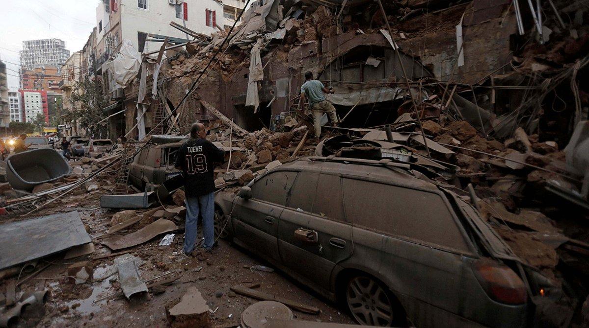 Varios vecinosinspeccionan los restos de un edificio arrasado por la explosión, en Beirut, este miércoles 5 de agosto.