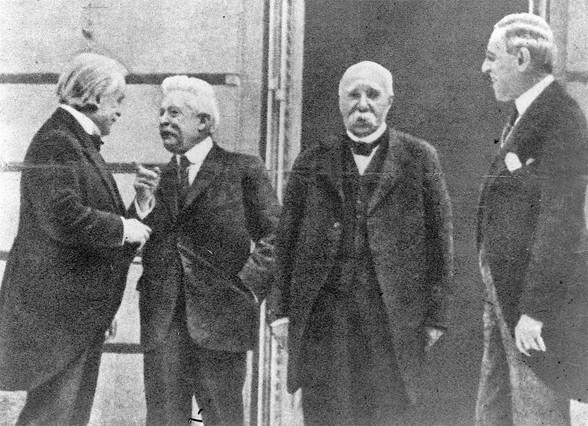La firma del Tratado de Versalles, el 28 de junio de 1919. De izquierda a derecha, el británico Lloyd George, el italiano Giorgio Sonnino, el francés Georges Clemenceau y el norteamericano Thomas Woodrom Wilson.