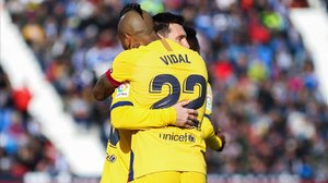 Vidal y Messi celebran el gol del triunfo, obra del chileno, en Leganés.