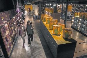 Vinçon, en su acceso por la calle de Provença, y con la colección de bolsas de la tienda a la venta.