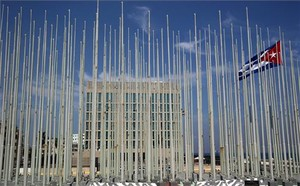 Vista de lambaixada dels EUA a la capital de Cuba abans de la cerimònia dhissada de la bandera nord-americana daquest divendres.