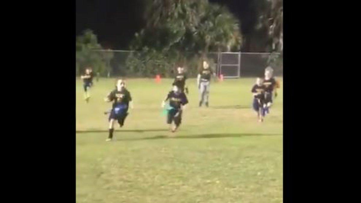 La nena de sis anys que supera tots els nens al camp de futbol americà