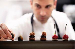 Xavi Donnay, con algunas de las creaciones que sirve en el restaurante barcelonés Lasarte.