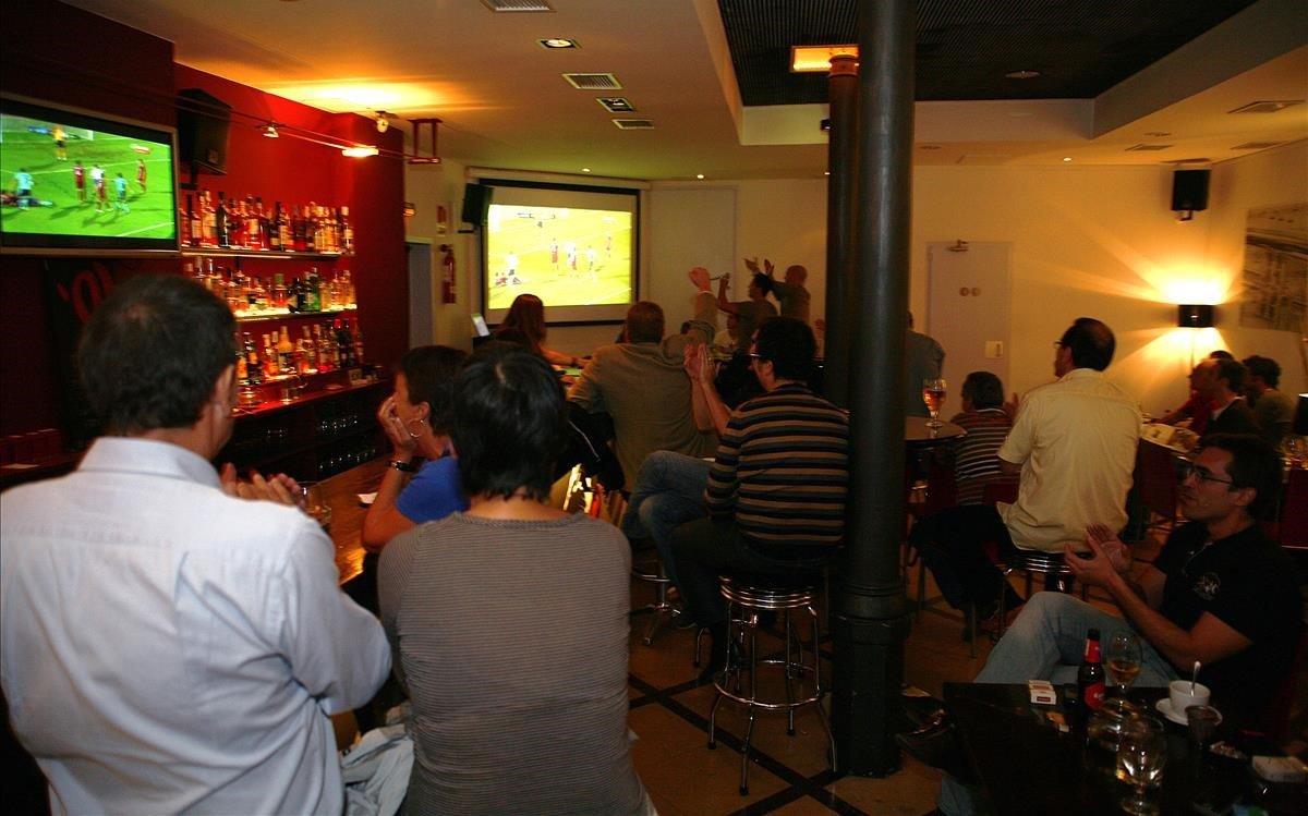 Emisión de un partido de fútbol en el televisor de un establecimiento público.