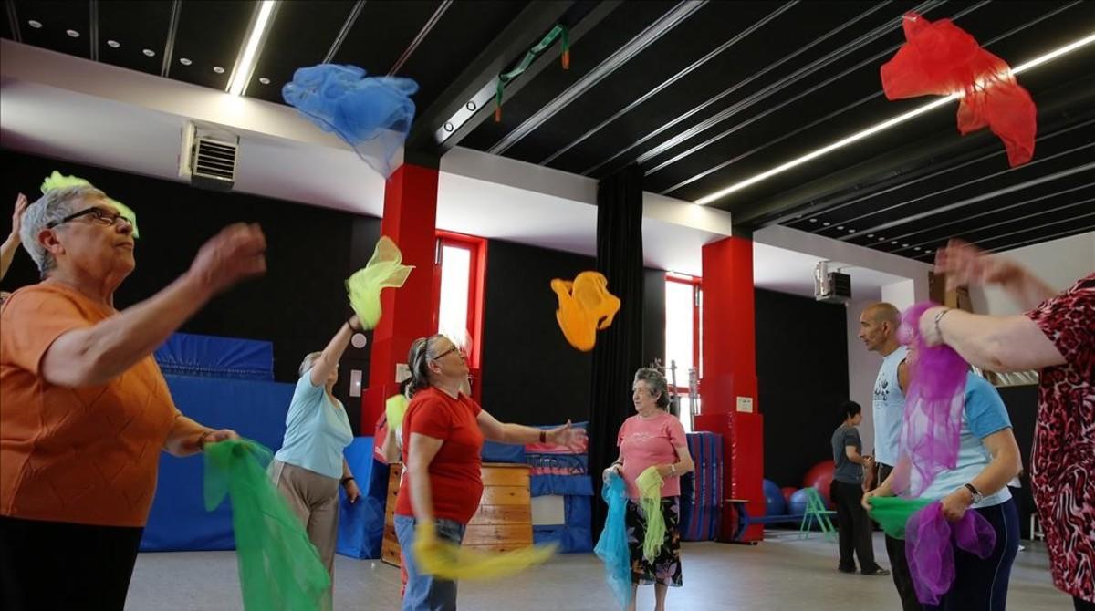 Curso de circo para personas mayores celebrado por primera vez en el Ateneu en el 2014.