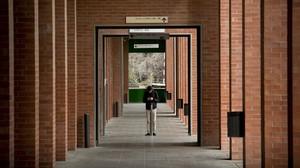 Un estudiante en el campus Nord de la Universitat Politècnica de Catalunya (UPC).