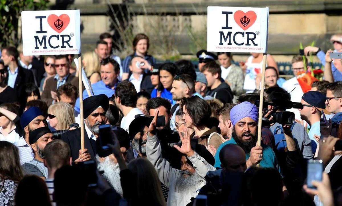 Homenaje popular a las víctimas en el centro de Manchester.