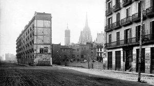Fotografía de la zona de la Via Laietana en 1908, antes del derribo.