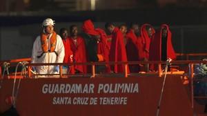 Llegada al puerto de Almería de 26 extranjeros rescatados de una patera, el pasado 8 de agosto.