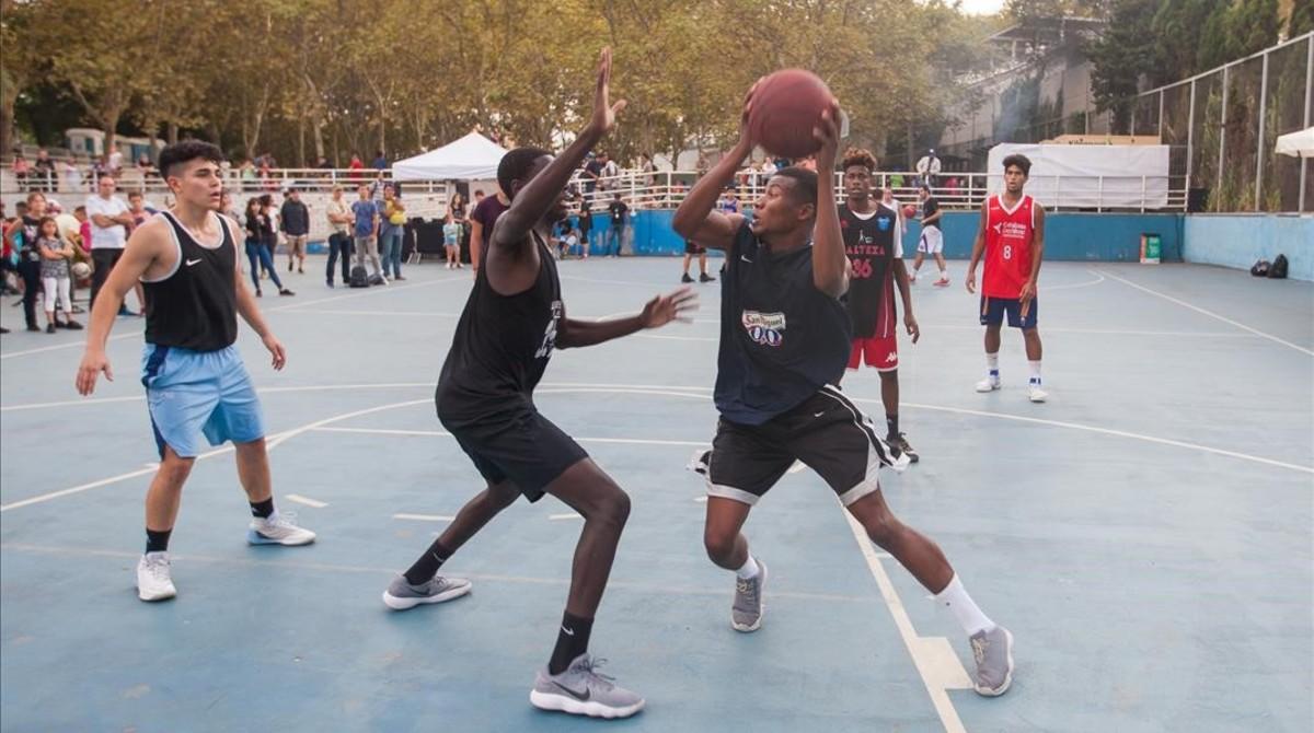 Momento deltaller de streetball basquet organizado por el Street Basket de Sants en la Trinitat para las fiestas de la Mercè 2017.