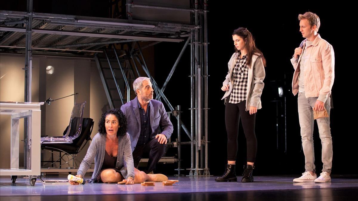 De izquierda a derecha, Nina, Nando González, Jana Gómez y Guido Balzaretti, en una escena de Casi normales.