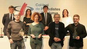 Savall, adelante y segunda por la izquierda, durante la premiación en el Col.legi de Periodistes.