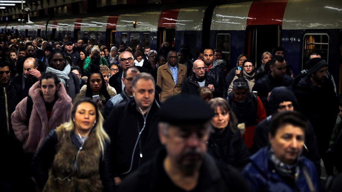 Viajeros bajan de un tren regional en la Gare du Nord, en París.