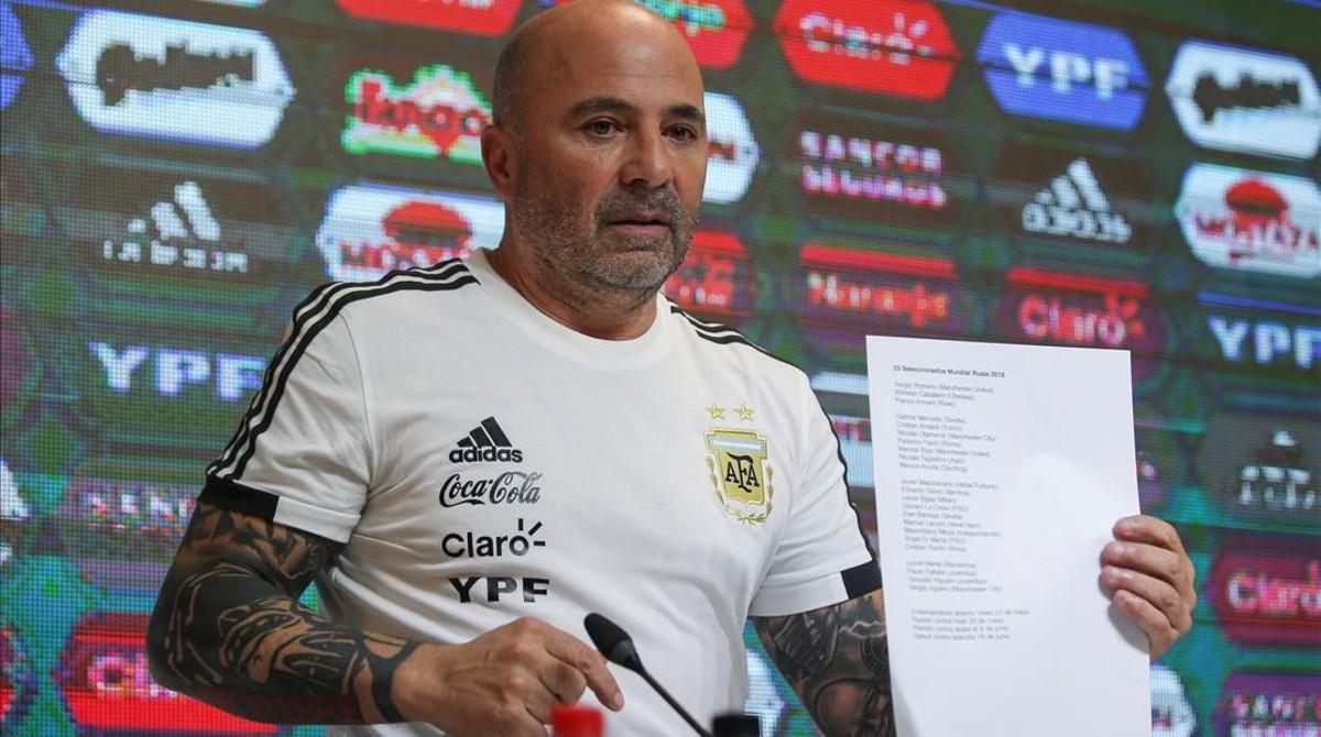 Jorge Sampaoli, con la lista de convocados.