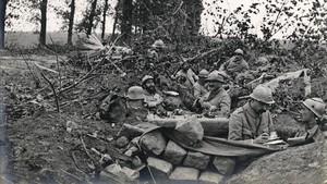 Soldados voluntarios catalanes de la Legión extranjera, en una trinchera tomada al enemigodurante la primera guerra mundial, en una imagen de la exposición Flames a la frontera.
