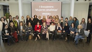 Foto de familia de las participantes en el primer Encuentro de Mujeres Analistas de El Periódico, el pasado miércoles, en el Caixa Fòrum de Barcelona.