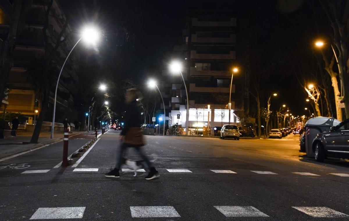 Nueva iluminación led blanca en la calle de Ganduxer que contrasta con la tradicional,más anaranjada, de la calle de Modolell.