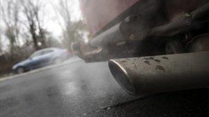 Tubo de escape de un vehículo diésel.