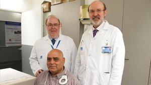 El doctor Algara y el doctor Martí, del Hospital del Mar,con un paciente.