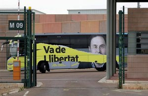 El bus de campaña de ERC aparcado ante la cárcel de Lledoners, donde el candidato de ERC al Congreso Gabriel Rufián y la candidata a las elecciones europeas Diana Riba han realizado un acto con los reclusos en el centro penitenciario.