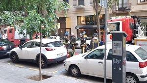 Los bomberos recogen el material trasla falsa alarma de incendio en el restaurante Fat Barbies de la calle de Bailén.