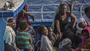 L''Open Arms' socorre un vaixell amb 55 migrants