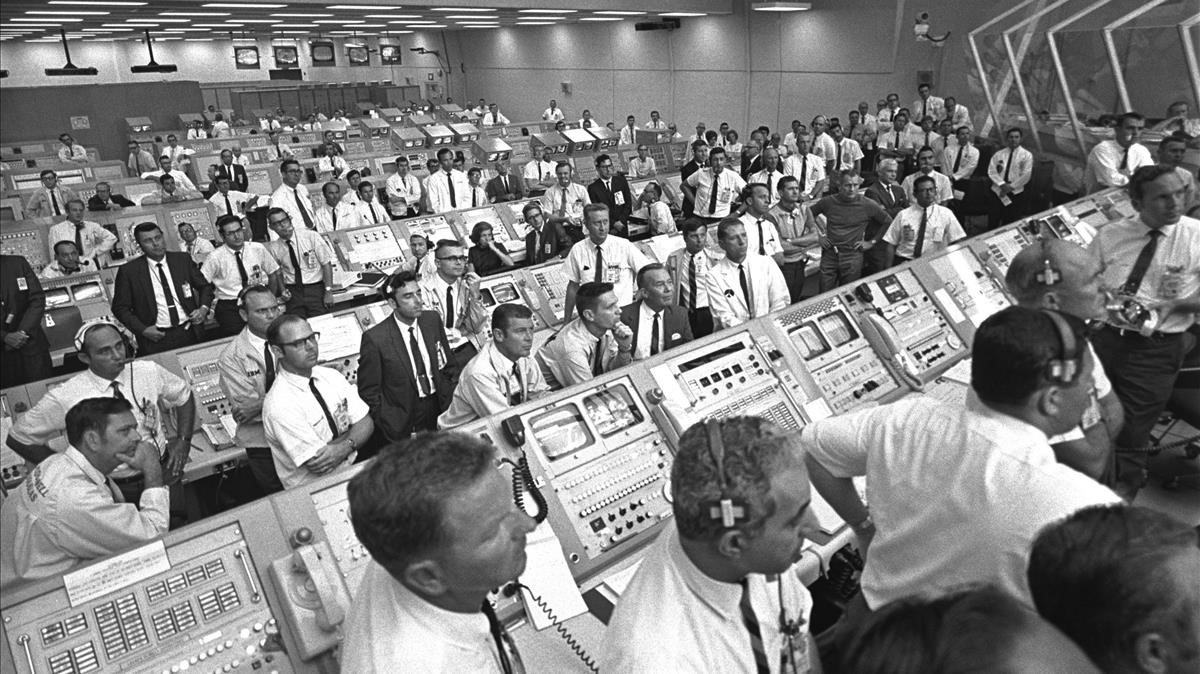 Ingenieros de la NASA expectantes ante el despegue de la misión 'Apollo 11' en julio del 1969