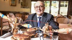 Abelardo Riazorexhibe una bandeja conbogavantes y bueyes de maren su restaurante, Casa Darío.