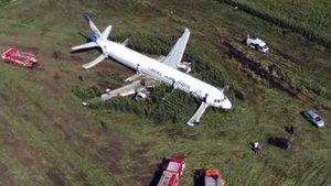 Espectacular aterratge d'emergència d'un Airbus en un blatdemorar a prop de Moscou