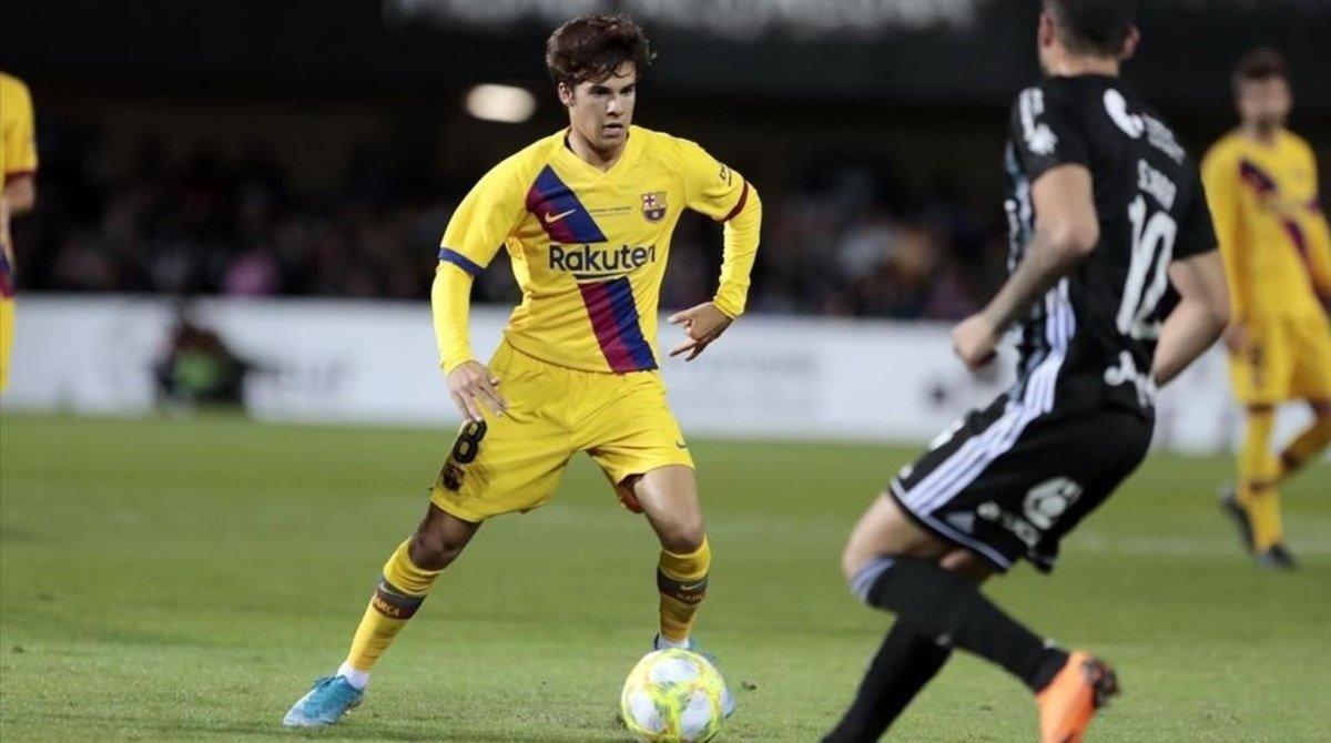 Riqui Puig conduce el balón en el partido frente al Cartagena.