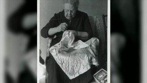 Josefa Tolrà, cosiendo en su casa de Cabrils en 1956.