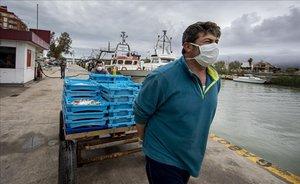 Pescadores de la Cofradía de Cullera arrastran sus capturas este lunes