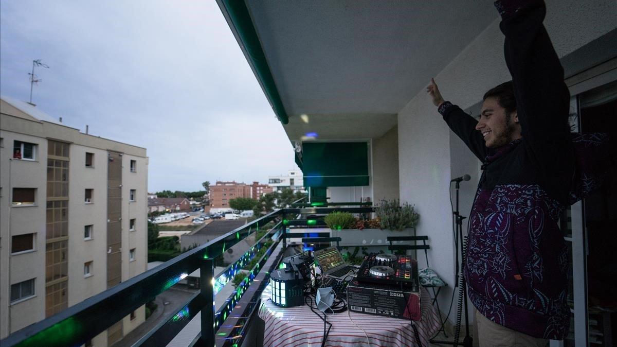 Gerard Cobo pincha canciones cada fin de semana en el balcón de su casa para los vecinos, este sábado.