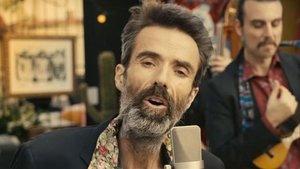 Pau Donés en el video de la canción 'Eso que tú me das'.