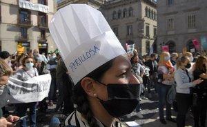 Manifestantes contra la orden de la Generalitat que cierra bares y restaurantes durante 15 días en Catalunya.
