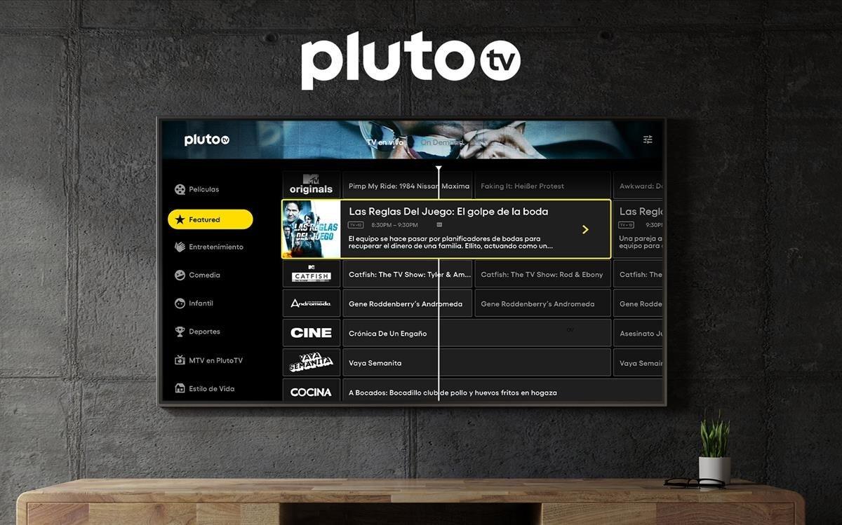 La interfaz de Pluto TV, en una pantalla de televisión.