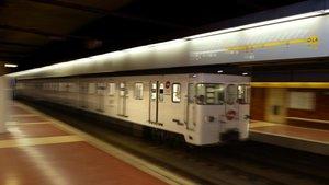 Un convoy del Metro pasa por la estación de Bogatell.