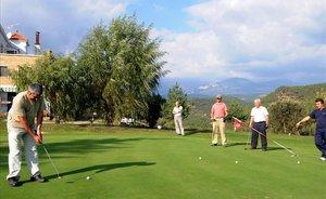 Vecinos de Solsona jugando una partida en el campo de Golf Ribera Salada de Lladurs.