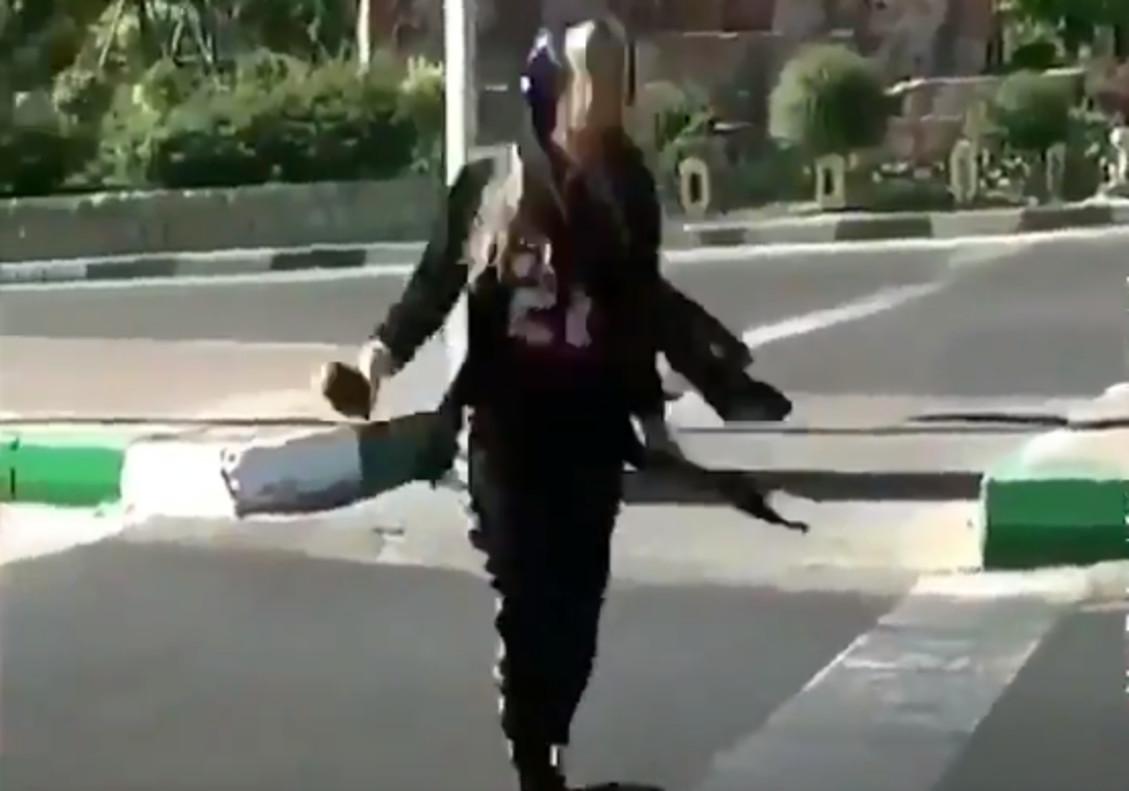 Una de las jóvenes iranís que desafía a las autoridades bailando en la calle.