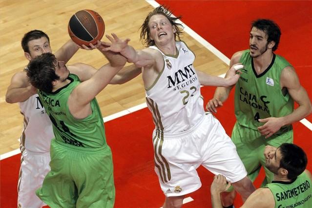 El alero estadounidense del Real Madrid Kyle Singler lucha por el rebote con el jugador del Caja Laboral Nemanja Bjelica. JUANJO MARTÍN   EFE