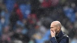 Zinedine Zidane medita bajo la lluvia en el estadio Santiago Bernabéu.