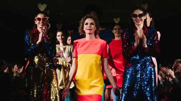 Ágatha Ruiz de la Prada llena la pasarela de contrastes, formas y colores