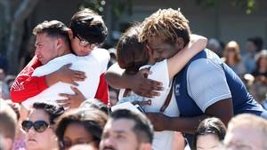 zentauroepp42128087 topshot mourners hug during a prayer vigil for the victims180216114811