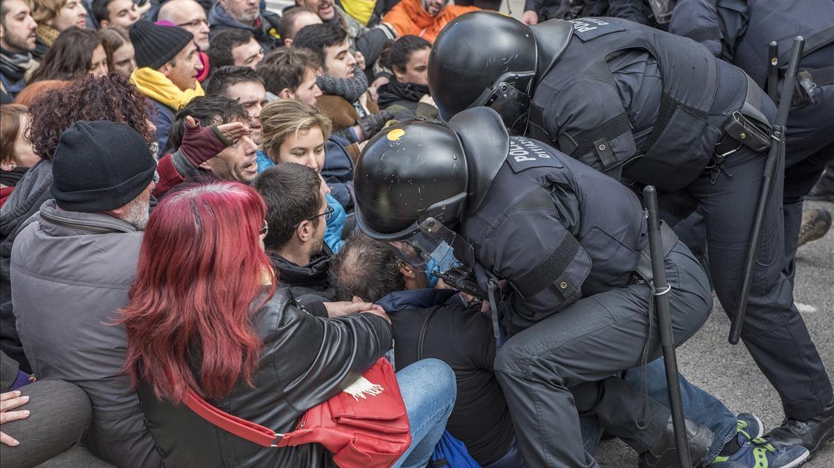 zentauroepp42278923 barcelona 23 02 2018 antidisturbios de los mossos desalojan180223120433